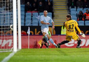 Malmös Guillermo Molins gör 3-0 på Örebros målvakt John Alvbåge i vårens match.