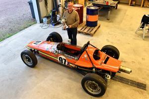 Lars Ohlsson visar upp sin Austro Vau i Dala Laminats garage.