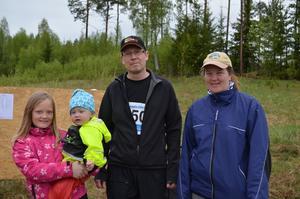 För Rickard och Karin Näsblom, här tillsammans med barnen Embla och minstingen Ester,  fick branden stora konsekvenser.