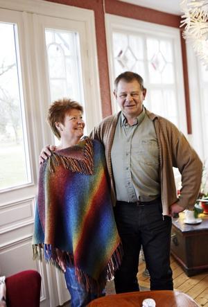 Solveig och Rolf Jonsson njuter i fulla drag av att vara klara med renoveringen av huset där Rolf växte upp.