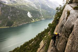 Att klättra på berget, högt ovan Sørfjordens gröna vatten är spännande.   Foto: Johan Öberg