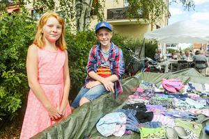 Irma och Markel Fundin sålde sina kläder på loppisen på torget.