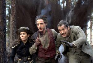 Noomi Rapace i rollen som zigenarkvinnan Sim, tillsammans med Sherlock och Watson, Robert Downey Jr och Jude Law.