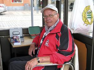 Varje fredag säljer Curt Ersson lotter för Kungsörs BK.