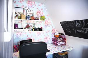 Moa fyller snart 10 år och har ett eget litet kontor i sitt rum.