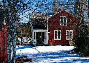 Då och nu. För nästan hundra år sedan togs bilden av recensentens farmor i gröngräset framför huset i Norderåsen. I Plogklubbans fotospecial finns bilden av huset som det ser ut i dag.