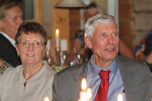 Kommunalrådet Stig Eng hade chansen att få en inblick i äldreomsorgens vardag. Bredvid honom satt Berit Larsson som jobbat 45 år på servicehuset i Harmånger.