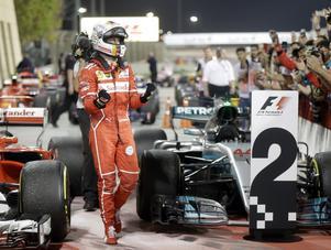 Sebastian Vettel ställer bilen i parc fermé och jublar ut sin glädje åt seger och VM-ledning.