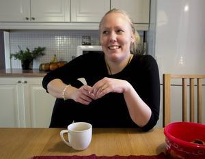 Har alltid tid för en kopp kaffe. Julfirandet är viktigt för jubilaren och småbarnsföräldern Caroline Sundström, som trots alla decemberbestyr lyckas behålla lugnet.