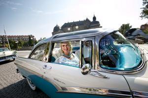 Kerstin Ståhl från Norrköping åker i en Crown Victoria Skyliner -56 tillsammans med sin man Lars.