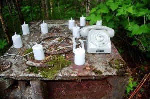 En rostig vedspis som altare i Linda Peterssons Sorgfrid.