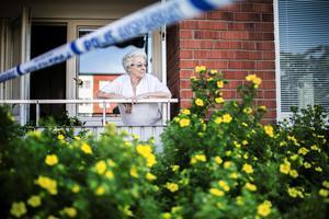 Marie Hedén bor tjugo meter från där polisen arbetar. Avspärrningstejpen är fäst i hennes balkongräcke.