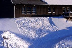 Det här snöraset vid ett hus i Åre är inte stort men vi på LT observerar även minilaviner. Vi tyckte den här var intressant som skolexempel i miniatyr på en klassisk snöflakslavin. Det blev varmare, taksnö släppte och utlöste lavinen längs en lång brottkant. Ett stort flak lossnar och bryts sönder till små block och stannar i sluttningens flacka del.