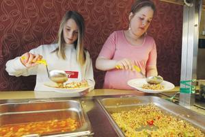 Moa Boström och Petra Josefsson Sjöberg tog mat en gång till men kanske blev det lite för mycket. De anade inte att de skulle bli så mätta av dinkel.