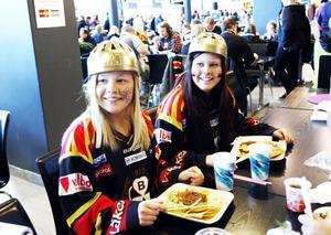 Systrarna Linnea och Evelina Olofsson laddade med mat innan nedsläpp. De hoppades få se en spännande match och förklarade Brynäs styrka så här:– Målvakten gör mycket. Sen är Brynäs ett topplag i år.