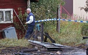 Polisen spärrade av runt huset i väntan på en teknisk undersökning.