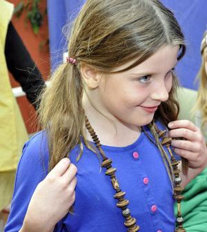Chloe Laxton provar ett vackert halsband.