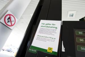 """Krångligt. Förr gällde här på macken i Strömsbro förskottsbetalning men det fungerade inte så bra vid Gävle Bro. """"Det blev alldeles för krångligt. Vi upplevde dessutom att kunderna blev förbannade och därför åkte iväg utan att betala""""."""