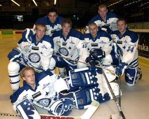 Leksands IF:s stjärnor födda -82. Överst: Daniel Widing och Daniel Hermansson. Mellanraden: Johan Eneqvist, Jonas Nordqvist, Jörgen Sundqvist och Lars Jonsson. Målvakt: Jimmy Danielsson. Fotot är taget 2001.