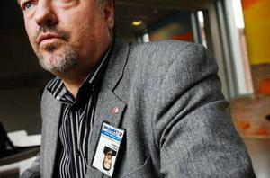 """Landstingsrådet Robert Uitto, med id-kortet upp och ned, har många problem att brottas med innan landstinget har ordning på sin ekonomi. Men uppdraget är inte omöjligt. """"Det förutsätter dock att regeringen ger mer pengar till vård och omsorg istället för att sänka skatten"""", säger Uitto.  Foto: Ulrika Andersson"""