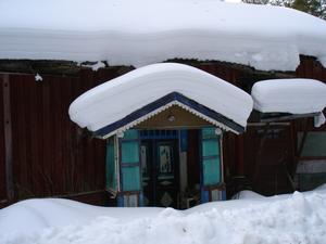 Här bodde Kil-Karlsson ensam mitt ute i skogen fram till mitten av 60-talet. Stugan var förfallen redan då, men originalfärgen sitter kvar än i dag.