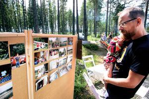 Kalle Lindholm tittar på foton tagna under roddsektionens begynnelse.