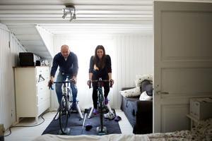 Med hjälp av internet kan de koppla upp sig och köra cykelrace mot människor i hela världen. Det här sovrummet kommer i framtiden bli ett träningsrum där den nya tekniken får ta plats.