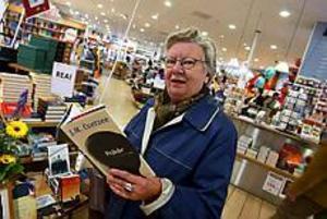 Foto: LARS WIGERT Nyfiken. - Jag har aldrig hört talas om Coetzee förut men man blir ju nyfiken på honom när han vunnit Nobelpriset. Jag är intresserad av hans bok Onåd eftersom jag hört att den är bra att börja med, säger Margit Demmelmaier.