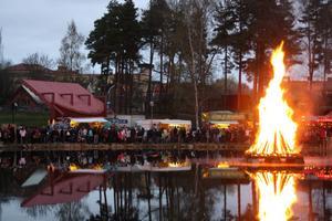 Många Kumlabor samlade vid kanten av sjön, för att se på elden.
