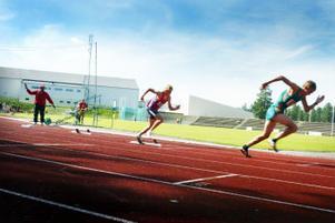Erik Åslin från Sundsvall (i rött) har precis genomfört ett 100-meters lopp där han vann och här går starten i DM-klassen 400 meter för män där han försöker rå på sin motståndare.