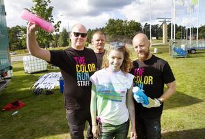 Tomas Stålmarck, till vänster och ett gäng ur arrangörsgruppen visar hur det går till när de sprutar färg.