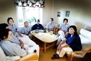 TRÖTTA, ARGA OCH BESVIKNA. Personalen på avdelning 11 tycker att de har fått ta hela smällen för att landstinget ska klara av att ta hand om patienter                                 med svininfluensa. I stället för en avdelning måste de nu bemanna två. Och den utlovade hjälpen från resten av sjukhuset har de inte sett mycket av. Från vänster Lina Mattisson, Jessica Johansson, Carina Nylén, Lena Nyberg, Ingalill Persson, Anita Frank, Anette                                          Strömbom och Lena Lemon.