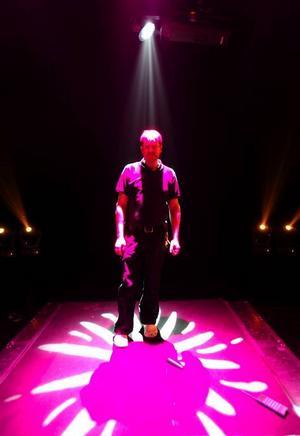 Ljusteknikern Kalle Karlsson har arbetat ljussättningen på Musik Direkt i tre år i rad.– Man provar ju att variera sig så mycket som möjligt, säger han.