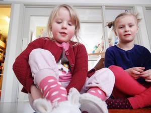 Stella visar upp sina julklappstofflor för Vera.