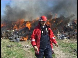 Brand. Mitt på dagen i fredags började det att brinna på Karslunds avfallsanläggning. Foto: Torbjörn Wåhlin