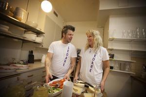 Man behöver fylla på förrådet när man dansat en hel kväll. Mattias Haugskott och Susanne Olsson fixar fika.