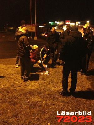Vännerna samlades utanför Bärkehallen för att minnas de omkomna.