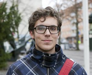 """Josef Larsson, 19, studerande, Gävle: """"Jag vet inte riktigt men jag tycker att det är hemskt. De borde åtminstone kunna fixa något annat. En kompis pappa jobbar på Ericsson men jag vet inte om han jobbar i Gävle eller  i Stockholm""""."""