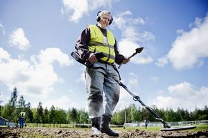 Lennart Pettersson är en av dom som letar med metalldetektor efter den försvunna ringen på Metallsvenskan området.