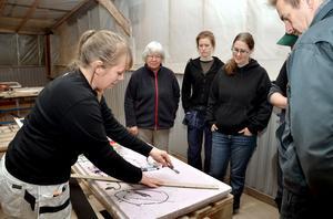 Eftersom många visat intresse för fönstervård, beslutade Maritha Gunnarsson att arrangera en kurs där deltagarna får prova olika moment på hennes fönster och sedan börja renovera sina egna medtagna fönster. Här lär hon ut knep när man skär fönster.