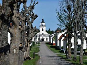 Forsmarks kyrka mitt i byn.