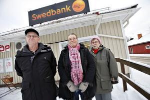 SAMLAR PROTESTLISTOR. Leif Åhs, Birgitta Siggelin och Ingrid Olsson i PRO Hedesunda tycker att Swedbank behandlar sina kunder illa genom att ta bort kontanterna och stänga sitt kontor i Hedesunda.