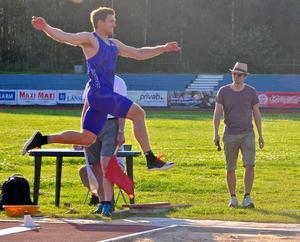 Gästen Andreas Otterling hoppade för sjunge gången över 8 meter.