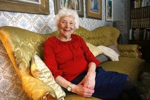 I dag fyller Therese Emilsson 95 år, en aktiv kvinna som spelar teater och sjunger i kör när hon inte bakar och lagar mat. Enda smolket i bägaren är att hon numera ser så dåligt att läsningen sker med hjälp av talböcker.Foto:  nick blackmon