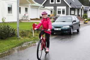 Tilda Larsdotter cyklar till och från skolan varje dag, omkring fyra kilometer tur och retur.