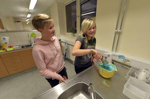 Elin och Wilma sliter med den egentillverkade glassen.