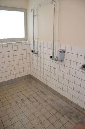 Duscharna i hallen är allt annat än fräscha.