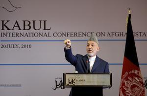 Kan han bygga en demokrati? President Hamid Karzai talade under konferensen i Kabul. Många är osäkra på om han kommer klara av att skapa ett demokratiskt Afghanistan. I stora områden är hans ställning fortsatt svag.