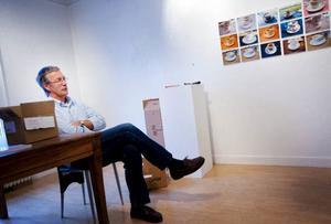 """Under det senaste året har han varit delägare i galleriet som hetat """"Bolin & Bastard"""".Nu är Anders Suneson först med att ställa ut sedan galleriet återgått i Lars Bolins egen regi.I innersta rummet visar Anders bland annat ett fotografier av kaffekoppar."""