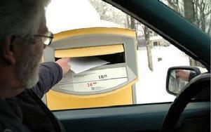 En brevlåda som kan nås från bil. Den finns utanför Posten i Smedjebacken men kom först efter mycket tjat från handikapprådet. Nu används den även av dem som inte är handikappade. Ett bra exempel på förbättring.FOTO: CHRISTER NYMAN